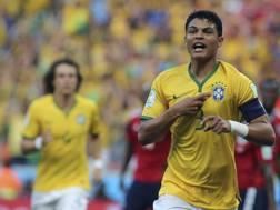 Thiago Silva esulta dopo il gol-partita. Epa