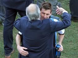 Leo Messi abbraccia il c.t. Sabella