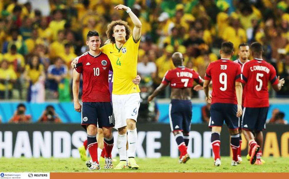 L'abbraccio tra David Luiz e James Rodriguez. Action Images