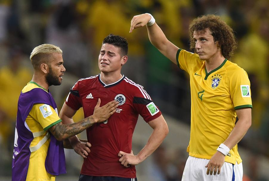La partita finisce: James piange a dirotto. David Luiz e Dani Alves lo consolano. Afp