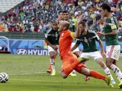 Robben messo giù da Rafael Marquez: rigore. LaPresse
