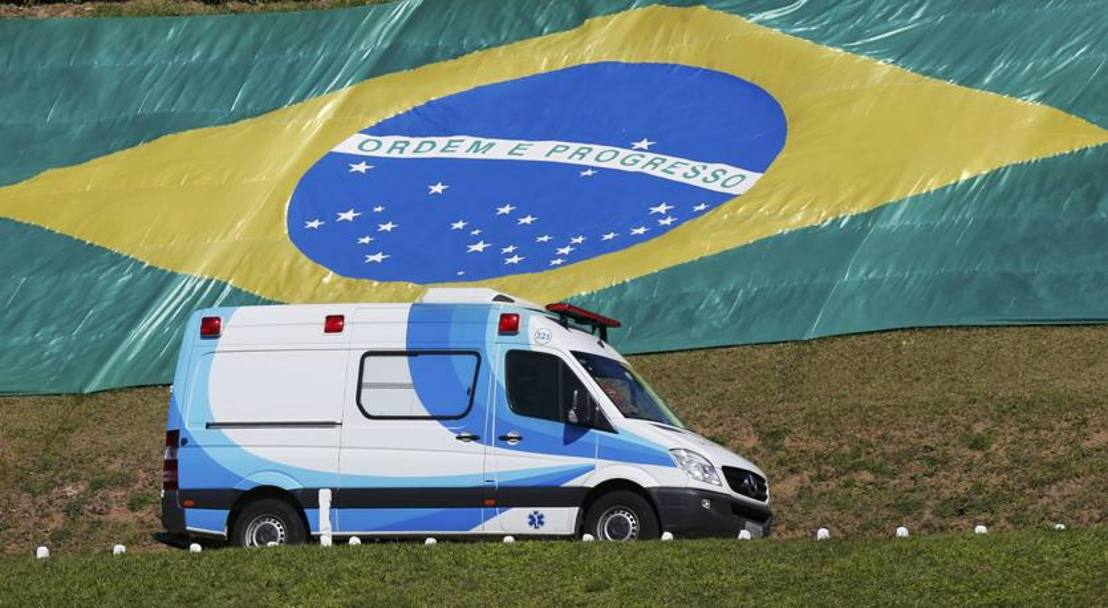 L'ambulanza che ha portato Neymar all'elicottero. Reuters