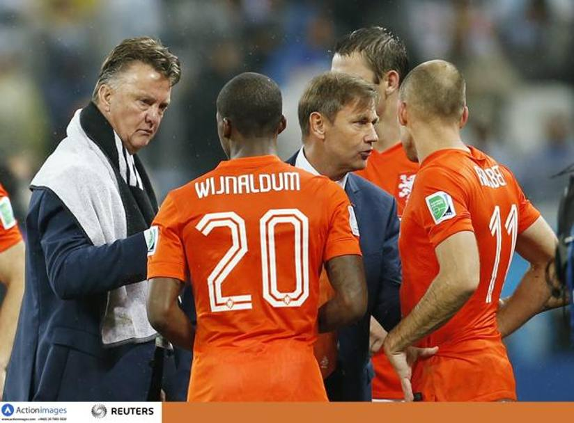 Van Gaal catechizza Wijnaldum. Action Images