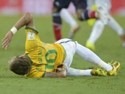 Neymar si contorce dal dolore dopo l'infortunio. Epa