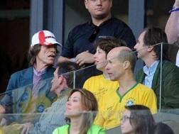 Mick Jagger e il figlio Lucas (alla sua destra con la maglia del Brasile), in tribuna al Mineirao alla semifinale fra Brasile e Germania