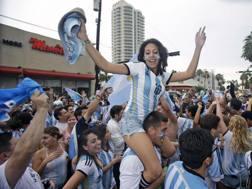 Tifosi dell'Argentina sulle spiagge di Rio. Ap