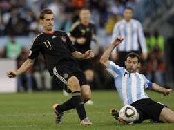 Klose contro Mascherano al Mondiale 2010. Ap