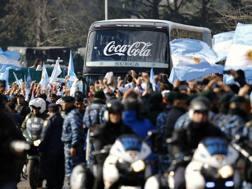 Gli argentini circondano il pullman della Seleccion. Reuters