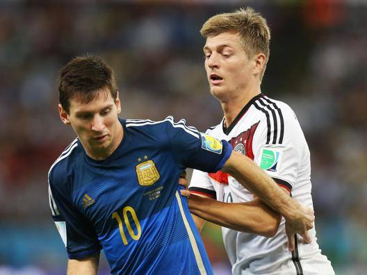 Leo Messi a duello con Toni Kroos. Action Images