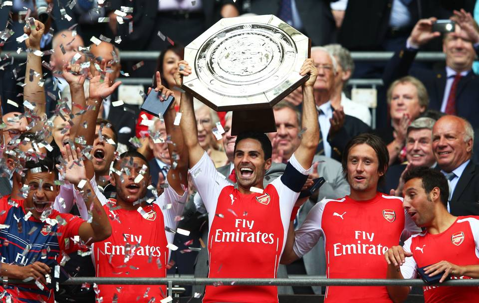 Community Shield, Arsenal-Manchester City 3-0: capitan Arteta solleva al cielo il trofeo a fine gara. Getty