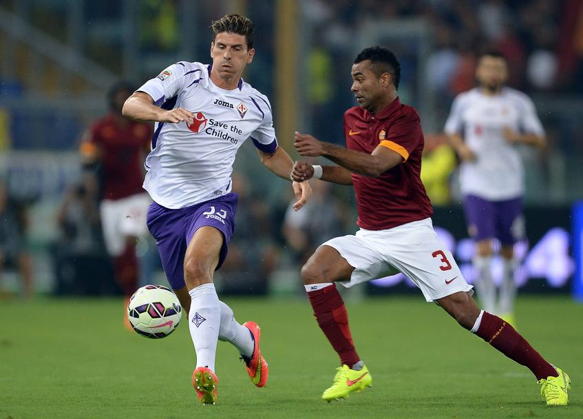 Esordio in serie A per Ashley Cole, qui contro Mario Gomez. Afp