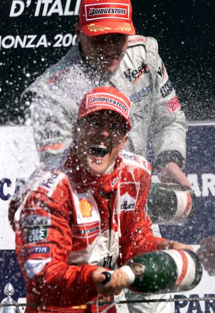 Gp d'Italia 2000. Michael Schumacher innaffiato di champagne dal secondo classificato Mika Hakkinen (Reuters)