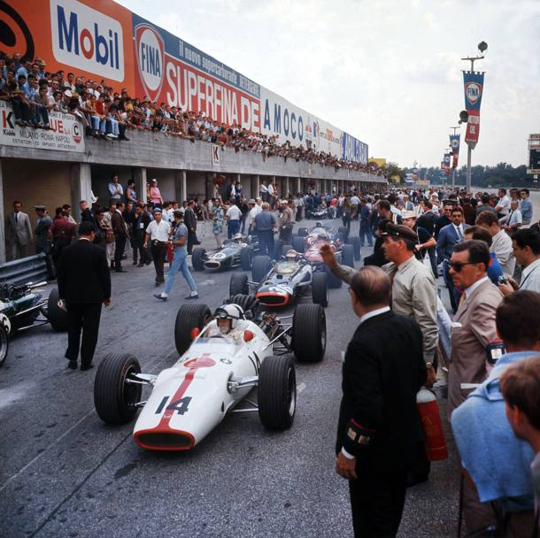 1967: John Surtees all'uscita dai box (Publifoto/Olycom)