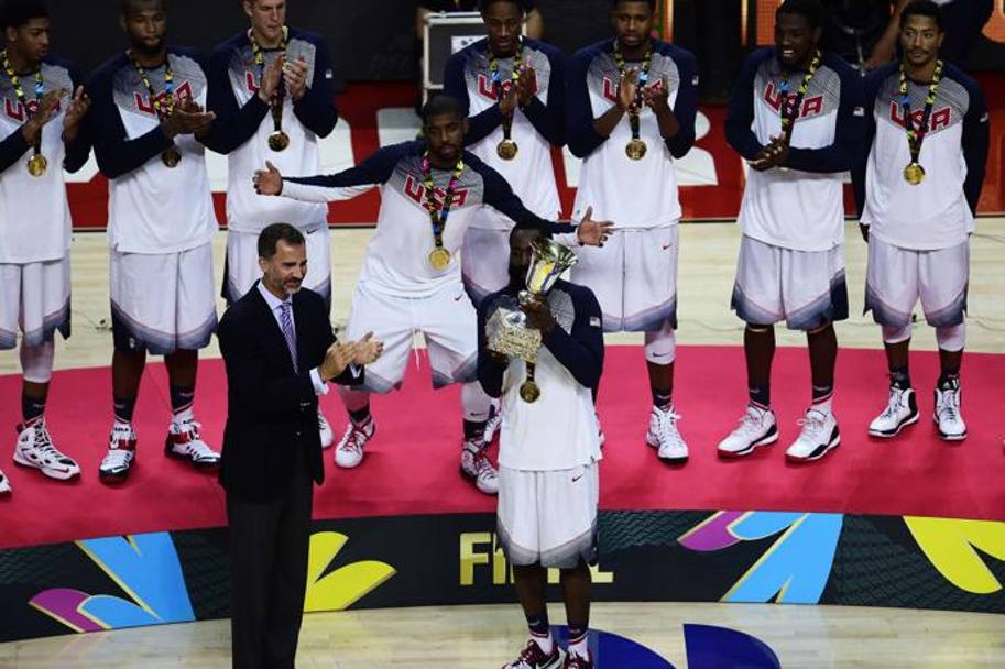 Capitan James Harden alza il trofeo. Afp
