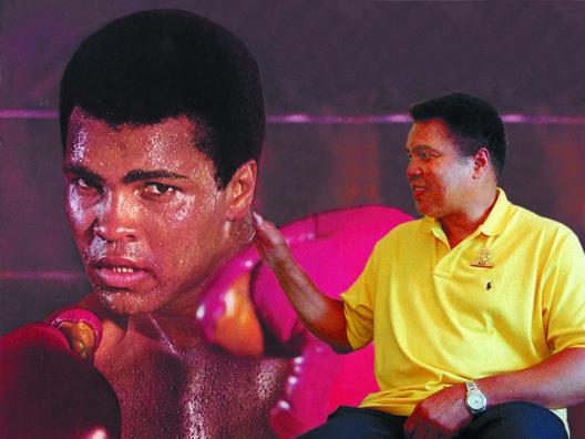 Muhammad Ali, nato il 17 gennaio 1942, scherza con una sua gigantografia AP