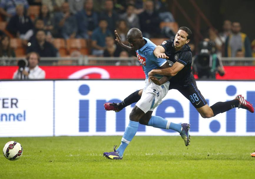 Hernanes finisce addosso a Koulibaly: niente rigore. Action Images