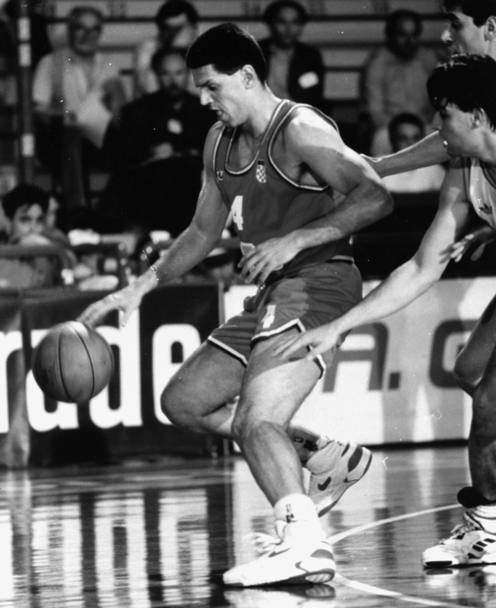 Drazen Petrovic avrebbe oggi 50 anni. Nel giugno del 1993 il Mozart della pallacanestro morì in un incidente stradale in Germania. Ecco il cestista croato In azione durante una partita di basket
