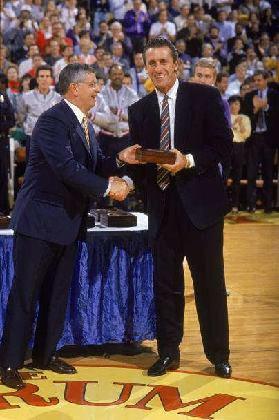 1988: il commissioner Stern consegna l'anello al coach dei Lakers Pat Riley