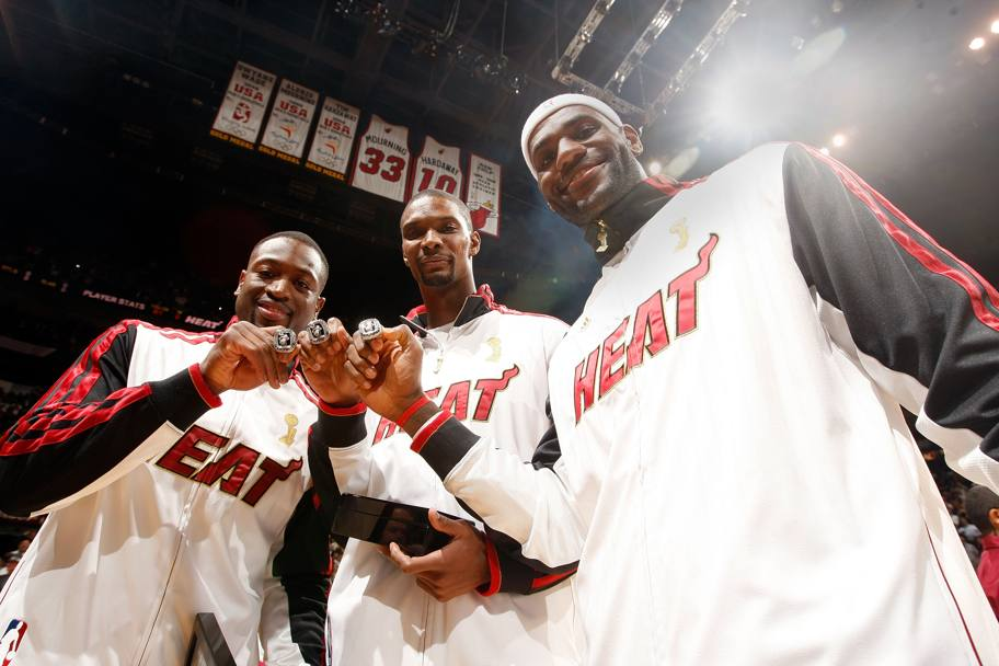 I Big Three di Miami Dwyane Wade, Chris Bosh e LeBron James mostrano il loro primo anello insieme.