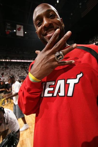 Alonzo Mourning mostra l'anello di Miami