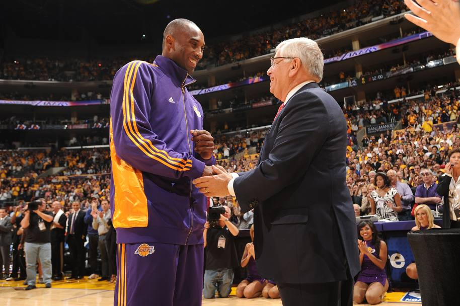 La star dei Lakers stringe la mano del commissioner Stern