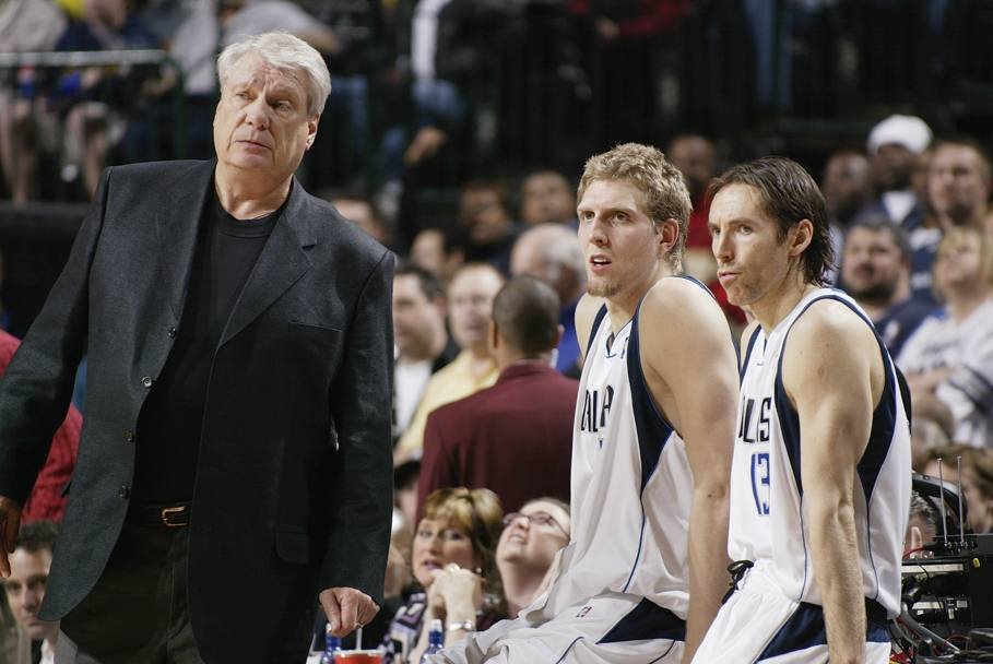 2004: coach Nelson guarda la partita con Dirk e Nash