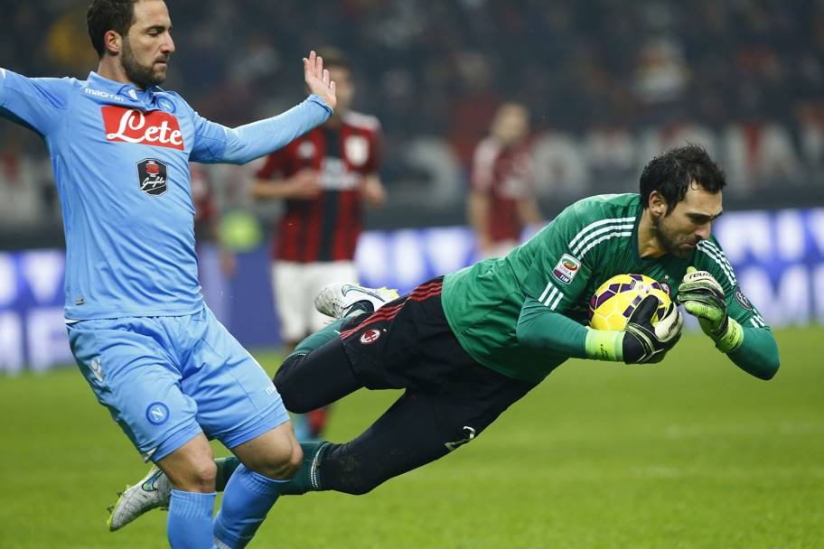 Diego Lopez in anticipo su Higuain. Action Images