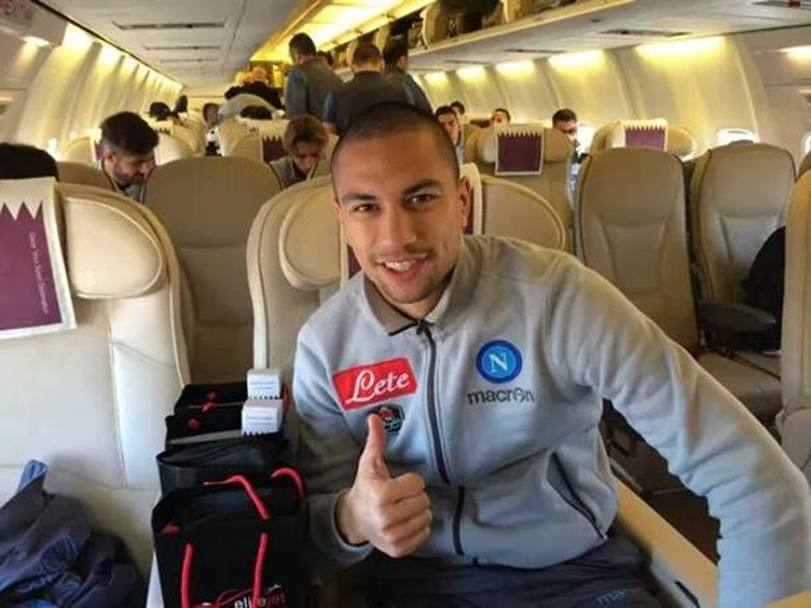 Gokhan Inler in aereo. Twitter/@sscnapoli