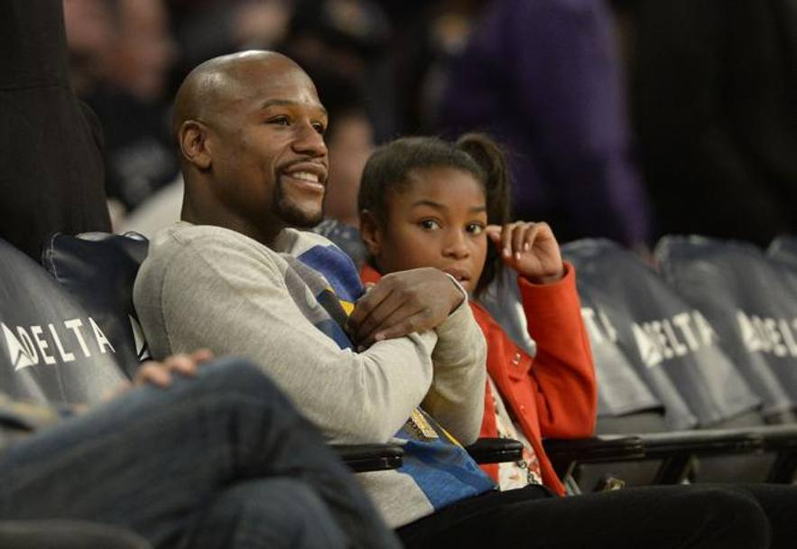 Floyd Mayweather Jr allo Staples Center di Los Angeles assiste al match Nba dello scorso 28 dicembre fra i Lakers e i Phoenix Suns. REUTERS