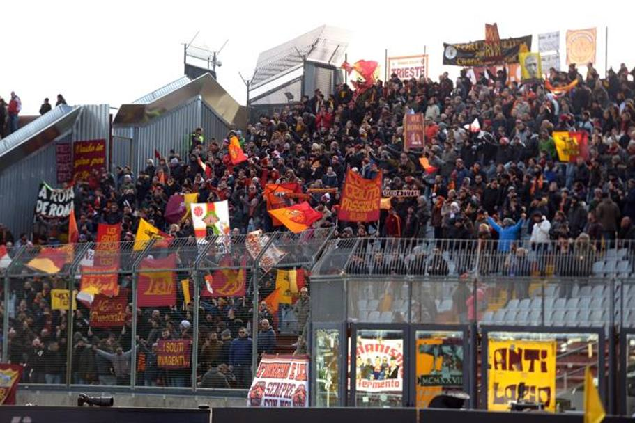 Tifosi giallorossi a Udine. Getty Images