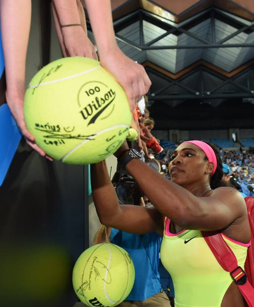 Serena Williams assediata dai fan (Afp)