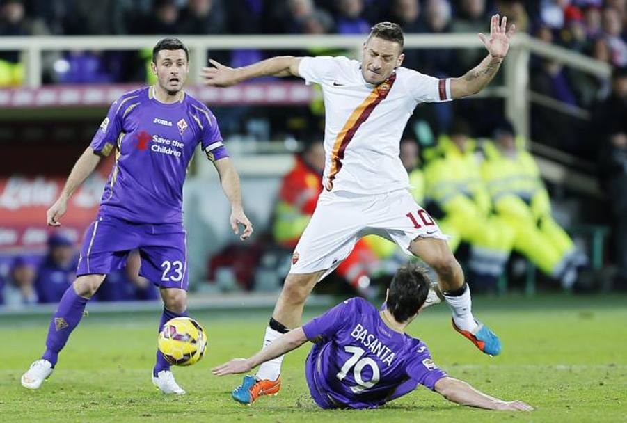 Basanta in tackle su Totti. Ap
