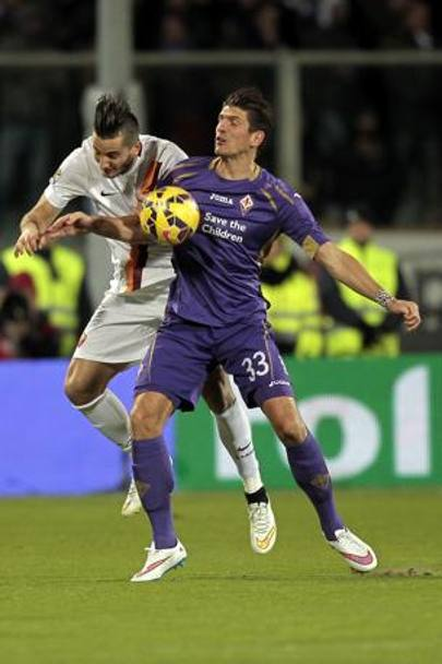 Mario Gomez contrastato da Manolas. Getty Images