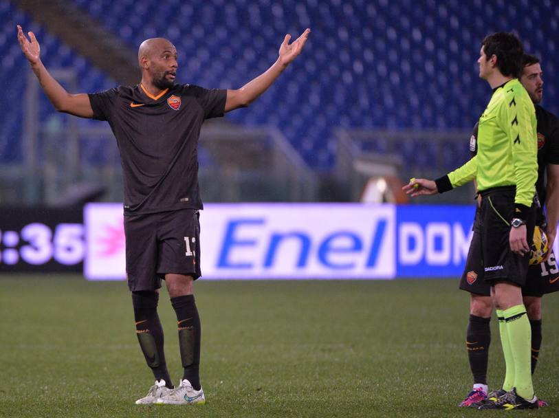 Maicon ha qualcosa da dire all'arbitro. Ansa