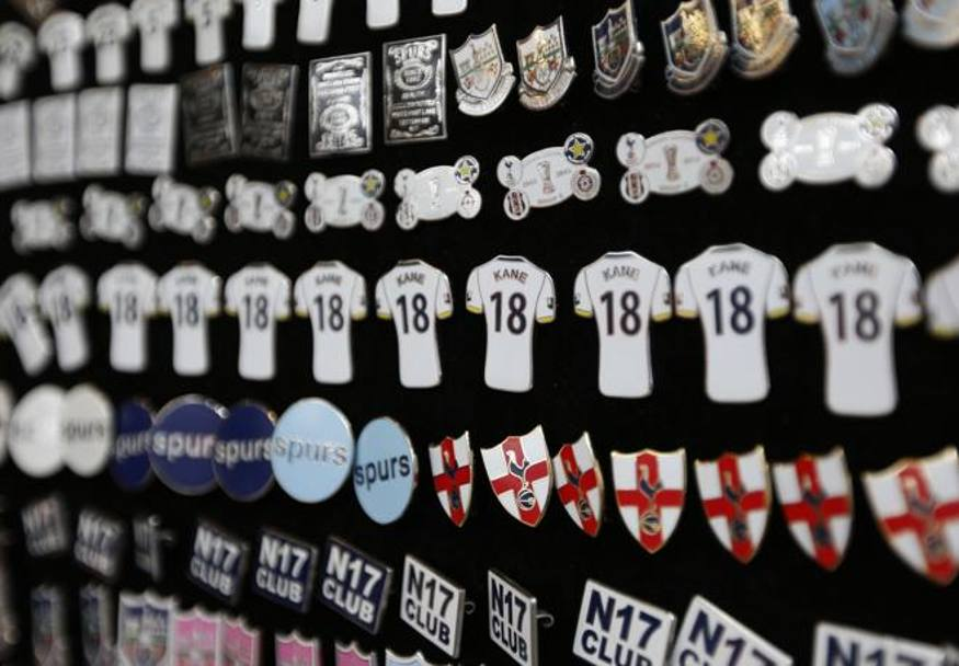 North London derby: lo store del tottenham a White Hart Lane. Afp