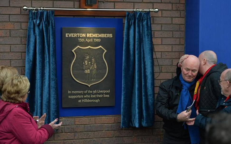 In occasione del derby, l'Everton inaugura una targa in memoria delle vittime di Hillsbrough. Action