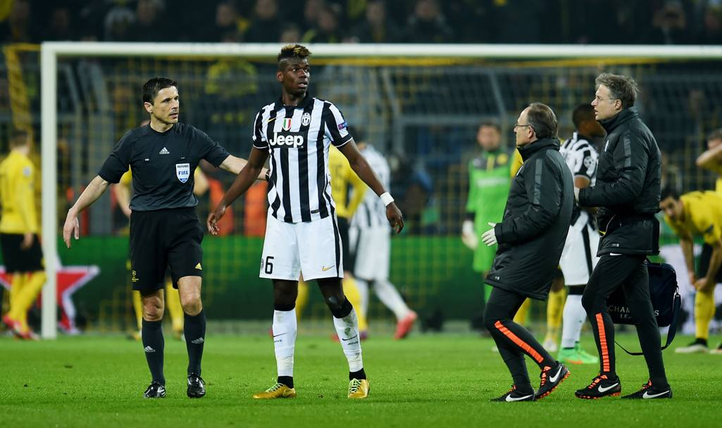 Pogba guarda verso la panchina. Afp
