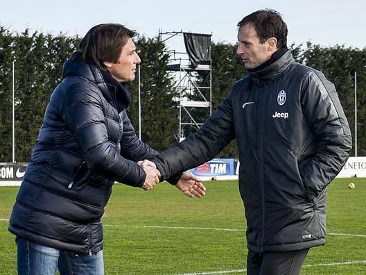 Una stretta di mano a Vinovo tra Antonio Conte e Massimiliano Allegri. LaPresse