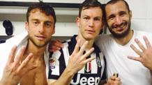 Marchisio, Lichtsteiner e Chiellini fanno il simbolo dei quattro scudetti consecutivi vinti