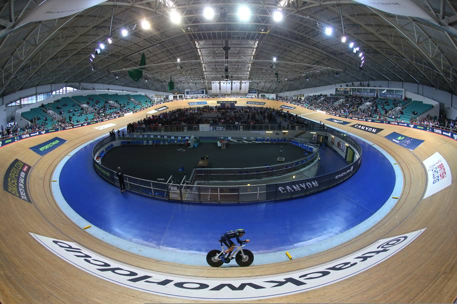 Tremila persone hanno assistito al tentativo di Dowset, all'interno del National Cycling Centre di Manchester (Getty Images)
