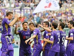 I giocatori della Fiorentina festeggiano Josip Ilicic dopo il gol dell'1-0. Ansa