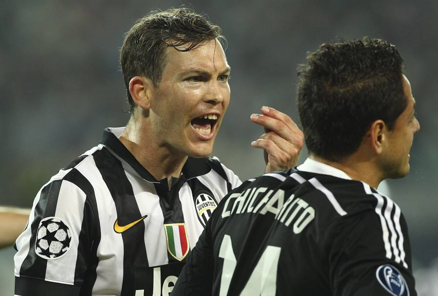 Stephan Lichtsteiner le canta a Chicharito Hernandez. Getty