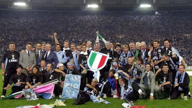 Roma, 21 maggio 2000. La settimana successiva alla conquista dello scudetto la festa in casa Lazio continua. Ecco la squadra posare in gruppo per la foto ricordo. Lapresse