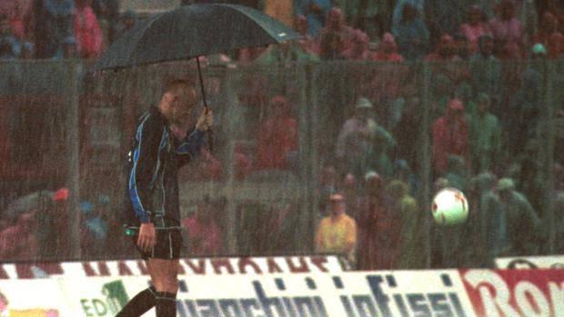 Perugia, 14 maggio 2000. L'arbitro Collina, sotto il diluvio, lancia il pallone sul terreno di gioco dello stadio Renato Curi per vedere se rimbalza. Dopo una lunga sosta la partita Juve-Perugia, ferma sullo 0-0, può riprendere. E il risultato finale, 1-0 per i padroni di casa, condanna i bianconeri: addio scudetto! Ap