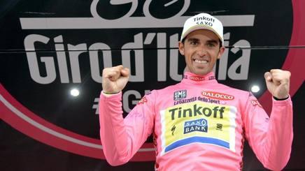 Alberto Contador, 32 anni, in maglia rosa. Ansa