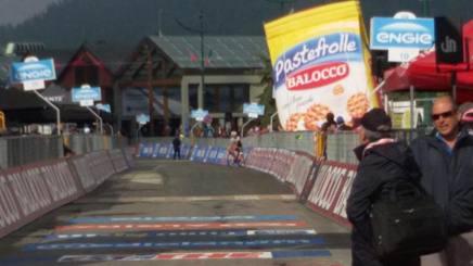 Marco Coledan a 500 metri dal traguardo di Sestriere; è fermo per aspettare Kluge e arrivare ultimo