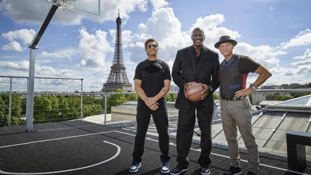 f69757f83 Michael Jordan con i designer Tinker Hatfield e Mark Smith