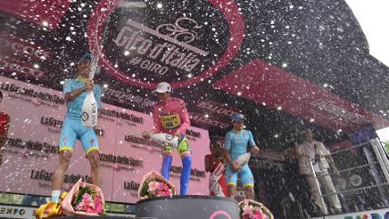 Il podio finale del Giro d'Italia. Bettini