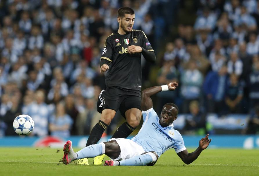 Un tackle di Sagna su Morata. Action