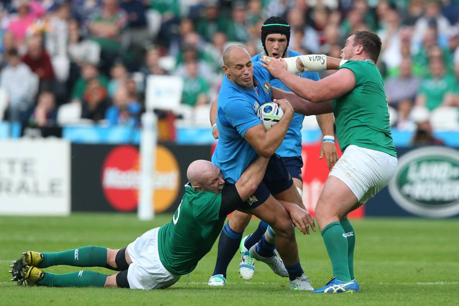 Sergio Parisse fermato dagli irlandesi (getty Images)